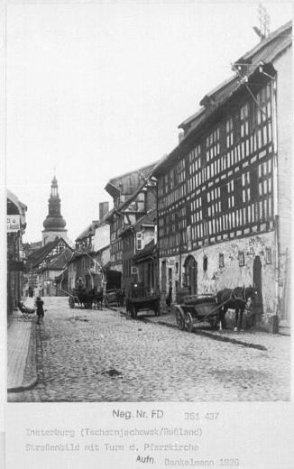 Strassenbild mit Turm d. Pfarrkirche, Insterburg
