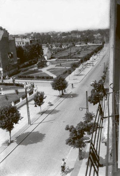 Вид на ул. Ленина и сквер с Доской показателей предприятий. 1960-е годы, Черняховск
