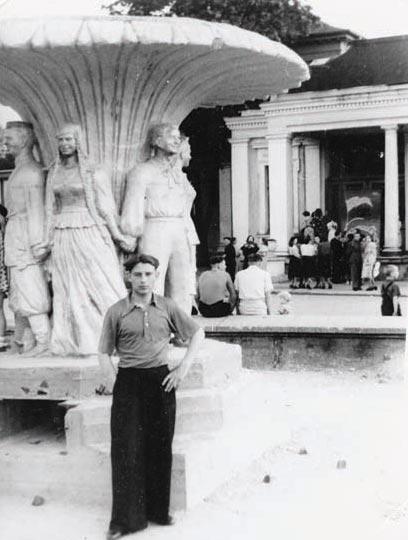 Фонтан «Дружба народов» у городского театра (Дом офицеров). 1950-е годы, Черняховск