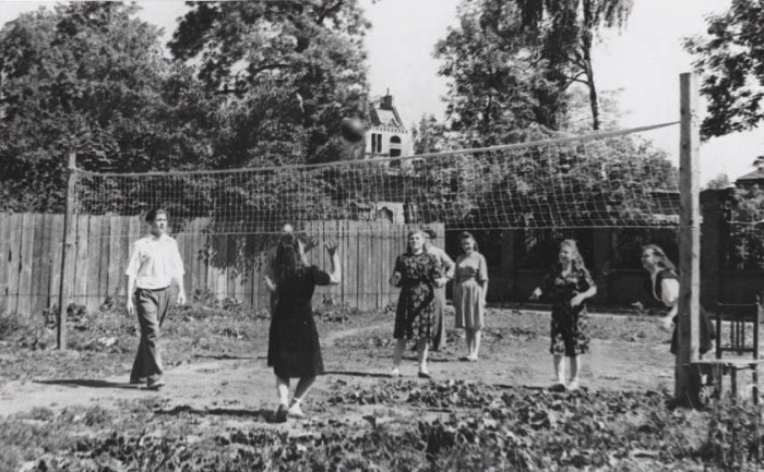 Спортивная площадка у ГК ВЛКСМ (пер. Советский). 1950 год, Черняховск