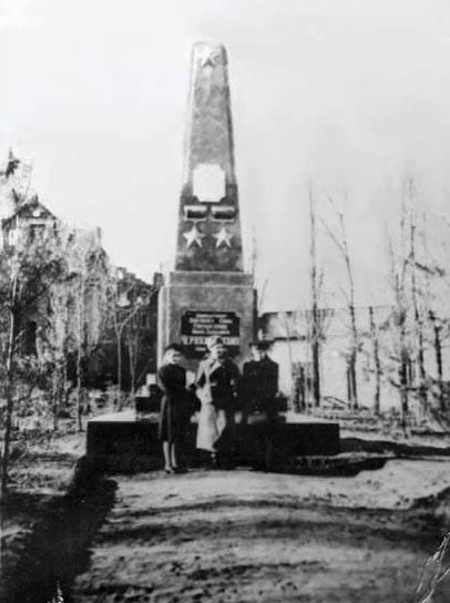 Первый памятник И.Д. Черняховскому. 1948 год, Черняховск