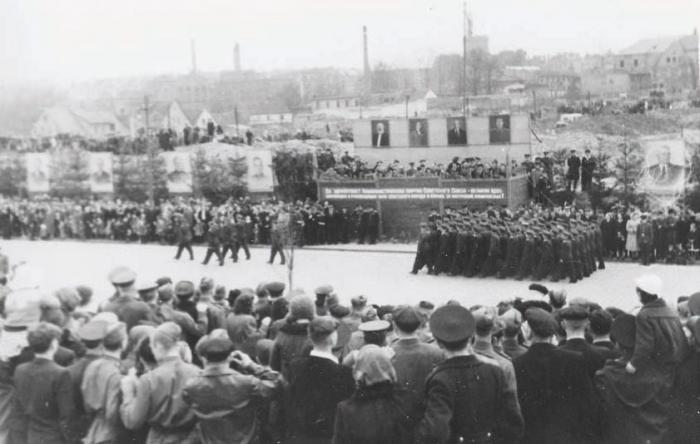 Парад на Первомайской пл. (ныне пл. Ленина). Начало 1950-х годов, Черняховск