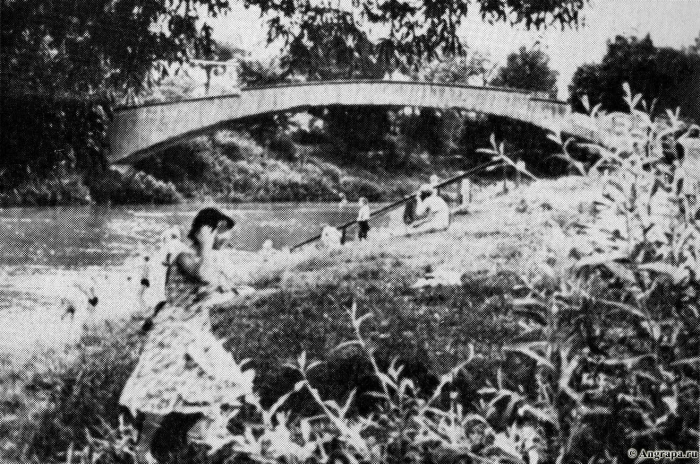 Русские дети купаются в Анграпе, позади арочный мост, Черняховск