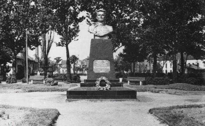 Бюст И.Д. Черняховского в сквере на углу улиц Первомайской и Железнодорожной, Черняховск