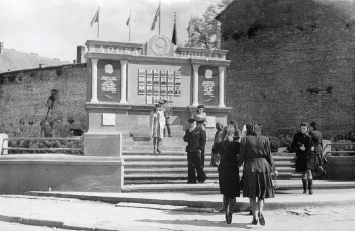 Городская Доска почета на углу улиц Спортивной и Первомайской (ныне ул. Ленина), Черняховск