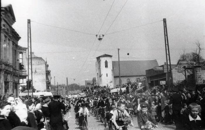Ул. Первомайская во время первомайской демонстрации. Начало 1950-х годов, Черняховск