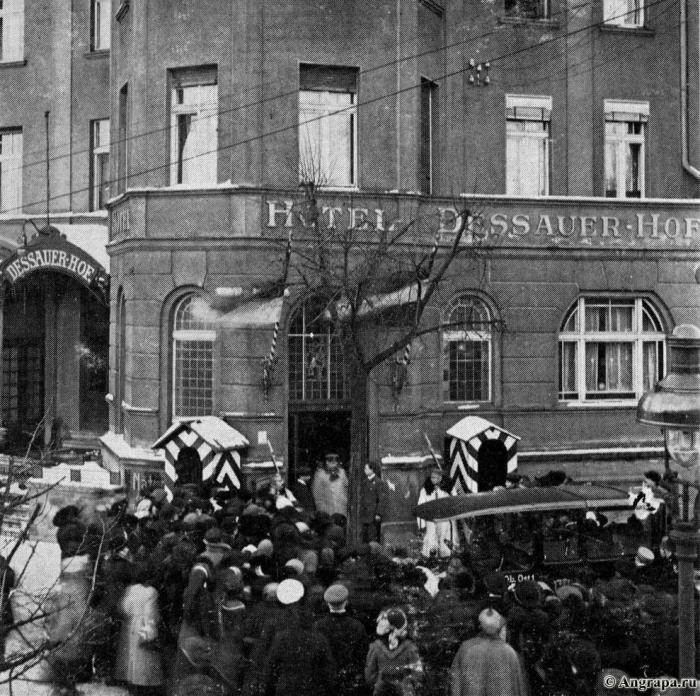 Generalfeldmarschall v. Hindenburg beim Verlassen des Hotels «Dessauer Hof», Insterburg