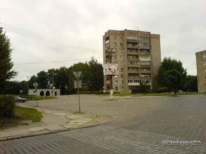 Вид на девятиэтажное здание и арку, Черняховск