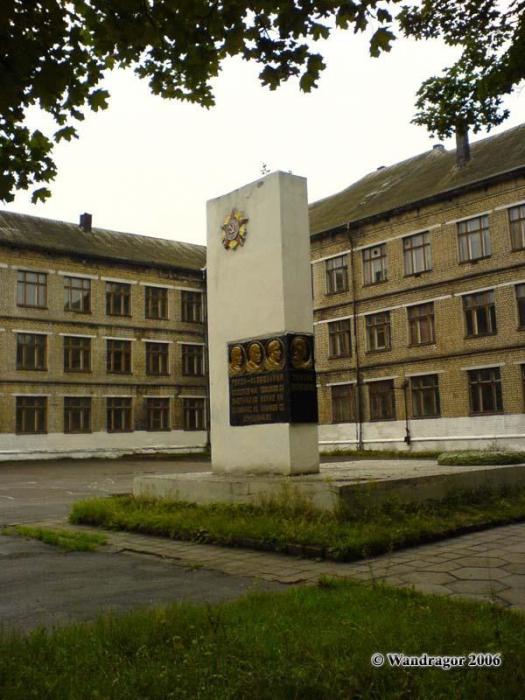 Здание Лицея №7 и памятник Тамаре Васильевой, Черняховск