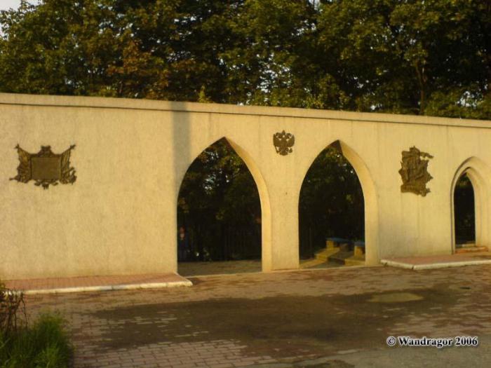 Арка разрушенной Лютеранской церкви (довоенная постройка) на плащади Ленина, Черняховск