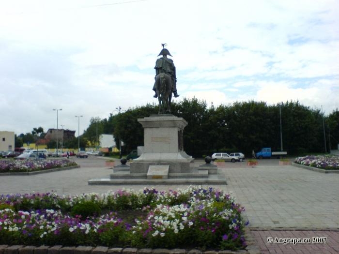 Памятник Барклаю-де-Толли (со стороны сквера (переулок 2й-Госпитальный)), Черняховск
