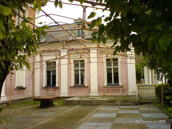 Дом Офицеров (дворик) (вид со стороны улицы Театральная), Черняховск