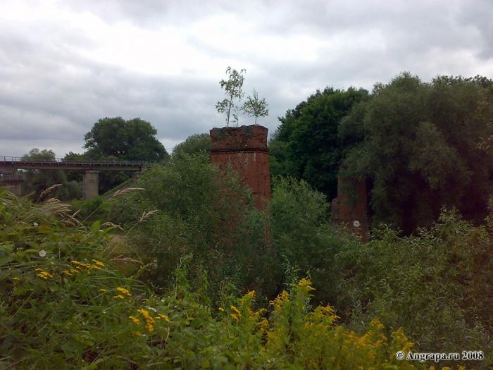 Опора разрушенного моста узкоколейной железной дороги через реку Анграпа, Черняховск