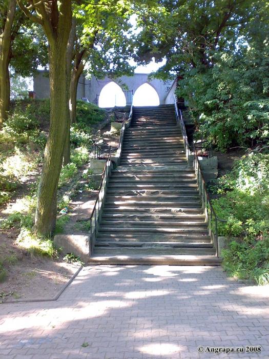Лестница рядом с арочным мостом, Черняховск