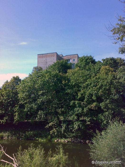 Вид на девятиэтажное здание и реку Анграпу, Черняховск