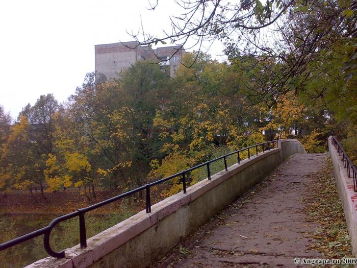 Вид на девятиэтажное здание и арочный мост, Черняховск