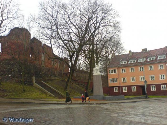 Замок Инстербург и постамент погибшим уланам (угол улиц Льва Толстого, и Партизанская), Черняховск