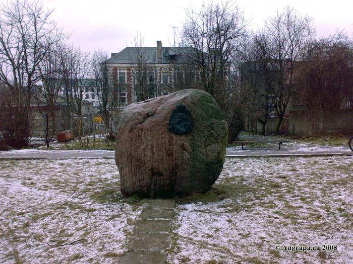 Памятный камень в честь проезда и остановки в Инстербурге Петра I (ул. Калинина), Черняховск