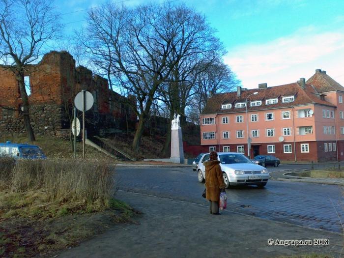 Замок Инстербург и постамент погибшим уланам (угол улиц Льва Толстого и Партизанская), Черняховск